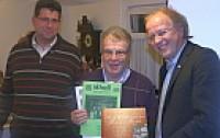 Günther Langer und Dieter Solms vom Heimatverein Achenbach mit Dirk Glaser von der Südwestfalenagentur