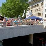 Besucher des kleinen Fischerfestes auf der Oberstadtbrücke
