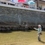 Ein Fliegenfischer des Sportfischervereins Hüttental präsentiert seine Künste