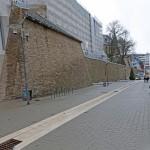 Ein schönes Paar: die sanierte Stadtmauer und die umgestaltete Kölner Straße mit Fahrradständern.