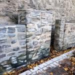 """Die Stromkästen vor der Stadtmauer am Kölner Turm im neuen """"Tarnkleid""""."""