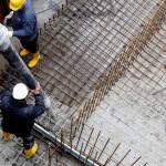 Das Fundament für die Ufermauer wird gegossen.