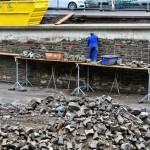 Foto: Der Beton der Ufermauer verschwindet hinter einer Naturstein-Verblendung.
