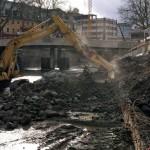 Foto: Abrissarbeiten an der Ufermauer im Gegenlicht.