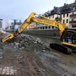 Foto: Bagger brechen ein Teilstück der alten westlichen Ufermauer ab.