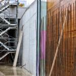 Foto: Die Ufermauer unterhalb der Siegbrücke wird Zug um Zug betoniert.
