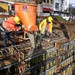 Foto: Der Frischbeton wird in die Schalung der neuen Ufermauer gegossen.