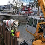 Foto: Arbeiter bereiten den Beton zum Einfüllen in die Schalung vor.