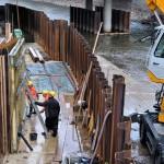 Foto: Spundwände schützen die Baustelle vor dem Wasser der Sieg.