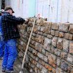 Foto: Die westliche Ufermauer verschwindet hiner einer optisch ansprechenden  Bruchstein-Verblendung.
