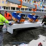 Foto: Millimeterarbeit - vorsichtig setzen Arbeiter die Stufen in ihr Bett aus Drainagebeton.