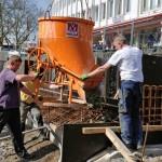 Foto: Arbeiter gießen die Beton-Fundamente für den Uferweg.