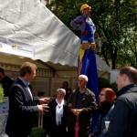 Foto: Beim Stadtfest hatte auch der Stelzenläufer die Lage stest gut im Blick.