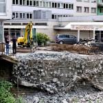 Foto: Auf der Ostseite der Apollobrücke wird ein Stück der sogenannten Kragplatte abgerissen.