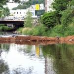 Um das Wasser durch die Bauarbeiten nicht zu sehr zu verschmutzen, wurde eine Schlammsperre aufgebaut.