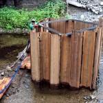 Hier wird später der Mittelpfeiler der Brücke stehen: Die aufgestellten Spundwände verhindern das Eindringen von Wasser während der Bauarbeiten.