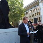 Vor dem noch verhüllten Frieder begrüßte Bürgermeister Steffen Mues die Gäste.