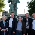 Auch Verwandtschaft der Figuren war unter den Besuchern: Heinz-Walter Bingener (4.v.l.) ist Enkel des Mannes, der vor über 100 Jahren für die Frieder-Figur Modell stand.