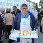 """Der Heimatverein Feuersbach verteilte """"Riewekooche""""."""