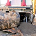 Arbeiter zerschnitten den doppelwandigen Öltank, um ihn zu leeren.