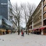 Auf der Seite zur Siegbrücke hin wurde in der Bahnhofstraße Natursteinpflaster verlegt.