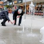 Gemeinsam mit SVB-Geschäftsführer Alfred Richter brachte der Bürgermeister eine Plakette neben dem Wasserspiel an, die auf den Sponsor hinweist.