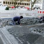 Am Ende der Bahnhofstraße, Ecke Kölner Tor, verlegten die Arbeiter das neue Natursteinpflaster.