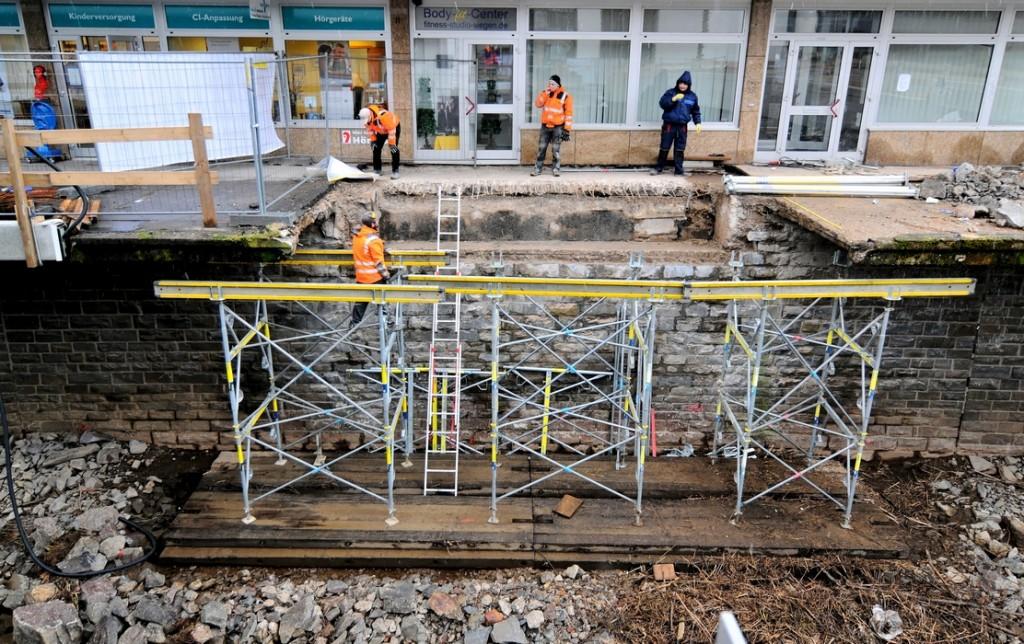 Arbeiter Bauen An Der Ufermauer Am Hammerhutter Weg Ein Gerust Auf