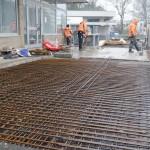 Die Vorbereitungen zum Betonieren laufen: Die Stahlstäbe wurden bereits eingelegt.