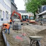 Arbeiter setzen in der Fürst-Johann-Moritz-Straße die ersten Randsteine.
