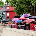 Die Besucher trotzten den kurzen Regenschauern, ob auf der Oberstadtbrücke...