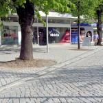 Fußgänger können bereits über das neue Natursteinpflaster in der Brüder-Busch-Straße spazieren...